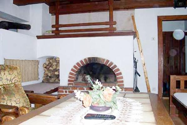 Chaty a chalupy k pronajmutí - Chalupa v Petrovicích - obývací pokoj s krbem